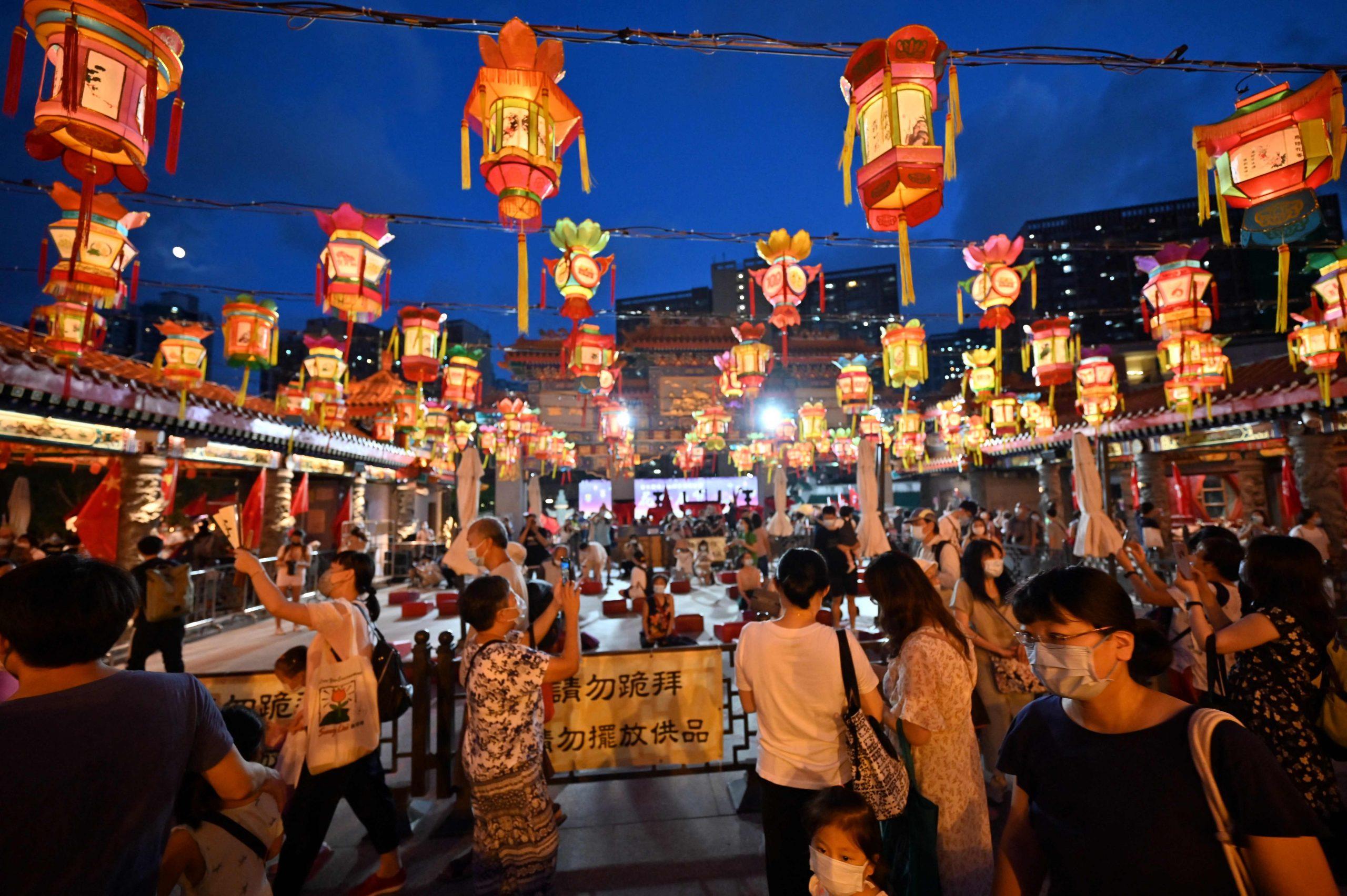 拚图三图)香港疫情稳定 恢复举办中秋灯会