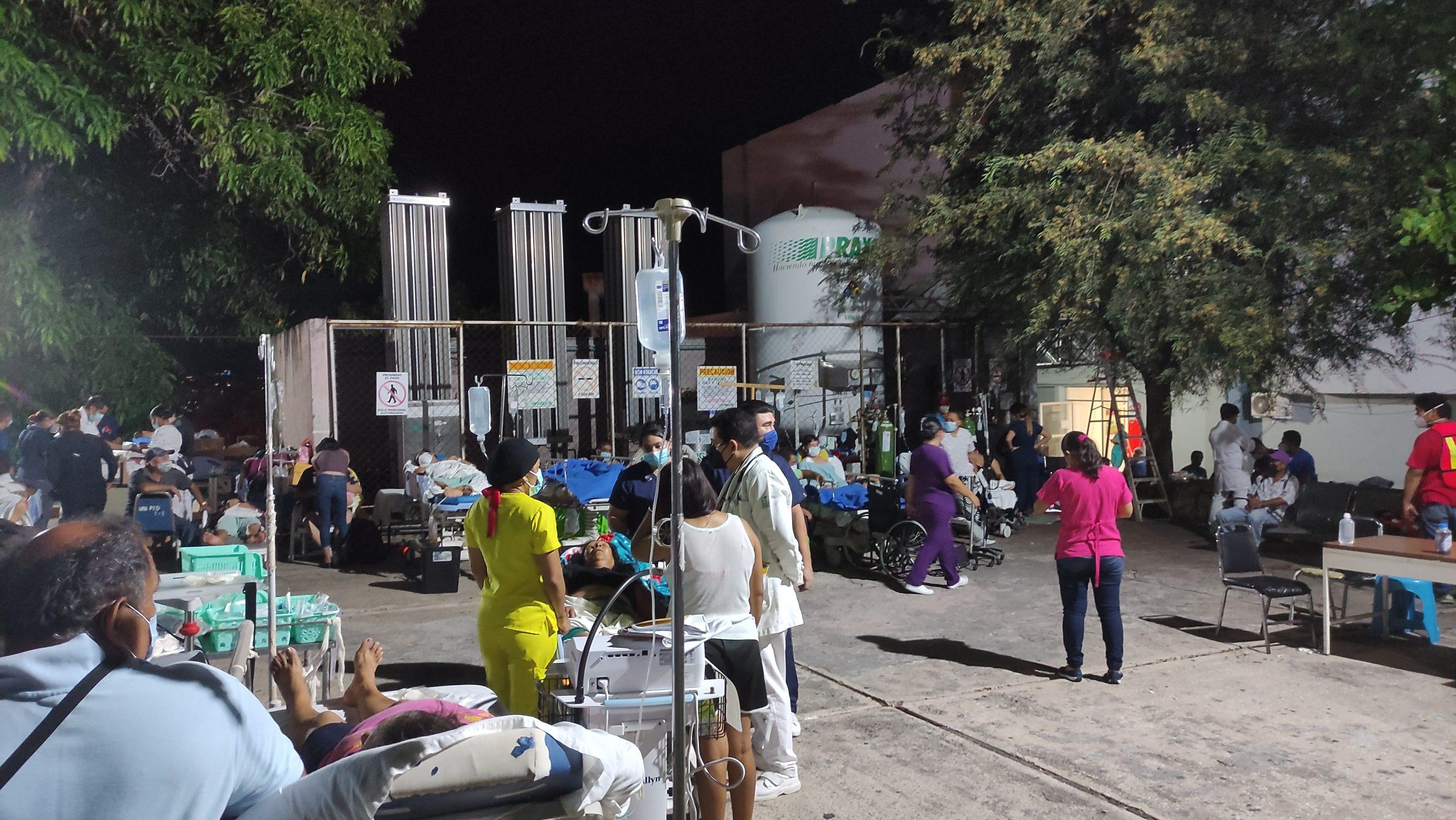 直击墨西哥地震现场 民众雨中等候不敢回家