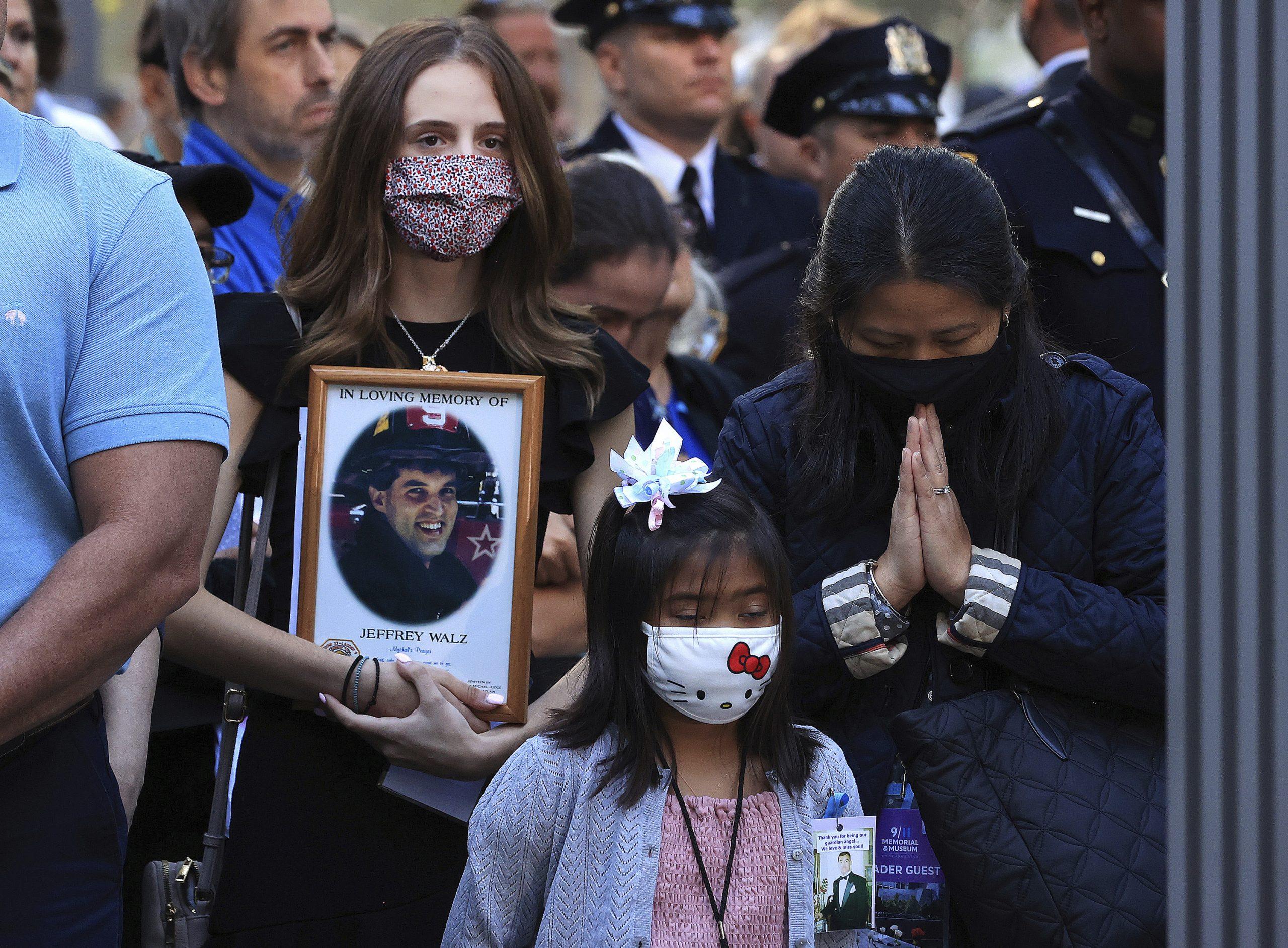 """911罹难者家属在纽约市的""""归零地""""上神色哀伤,为至亲至爱的逝去暗自垂泪。(美联社照片)"""